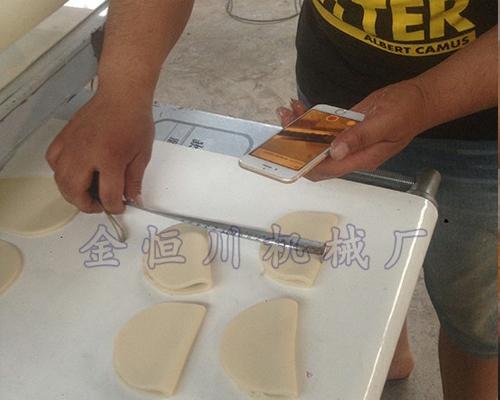 客户测量荷叶夹饼精度